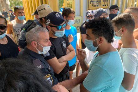 מפגינים ושוטרים בשער קיבוץ ניר דוד (צילום: חגי מטר)