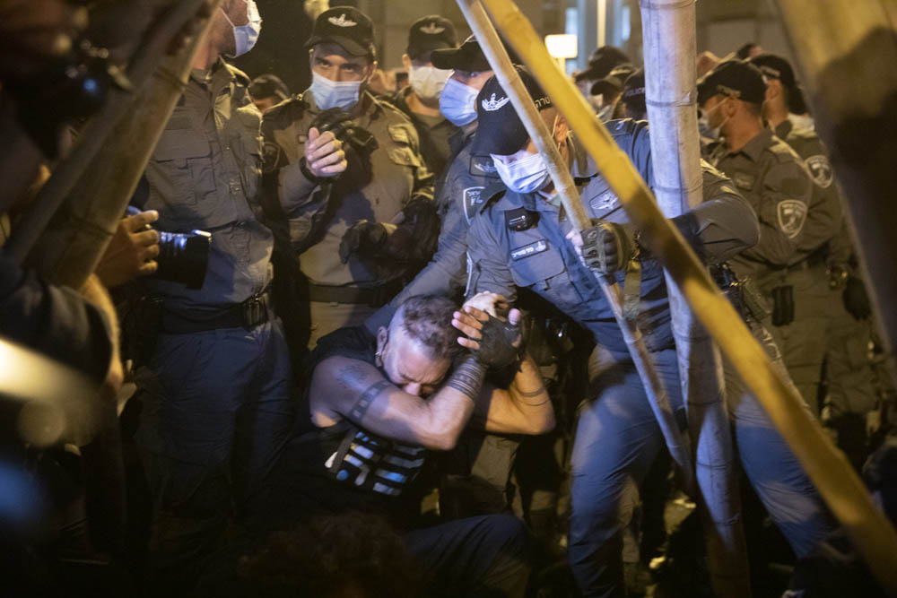 שוטרים מפנים מפגינים בכיכר פריז, 23 באוגוסט 2020 (צילום: אורן זיו)