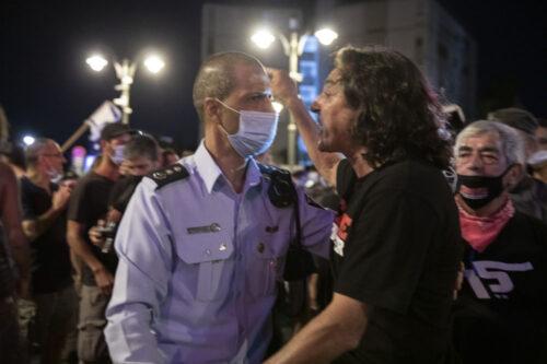 """""""מצביעיי ביבי מובהקים עןוד מעט ייצאו לרחובות"""".סדי בן שטרית במחאה בבלפור (צילום: אורן זיו)"""