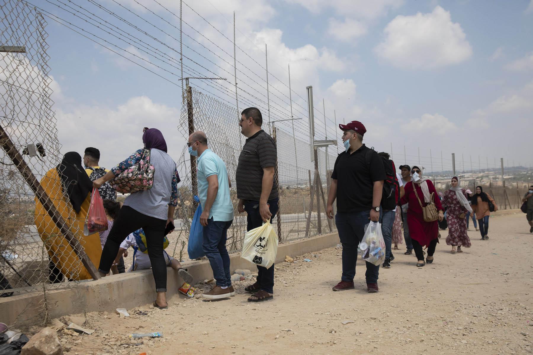 פלסטינים מהגדה עוברים את גדר ההפרדה בדרכם לים, בכפר פרעון בשבוע שעבר (צילום: אחמד אל-באז ואורן זיו)