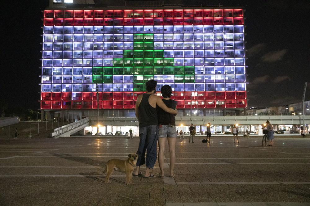 ישראל היא מהמחוללות של כאוס בלבנון. דגל לבנון על בניין עיריית תל אביב, 5 באוגוסט 2020 (צילום: אורן זיו)