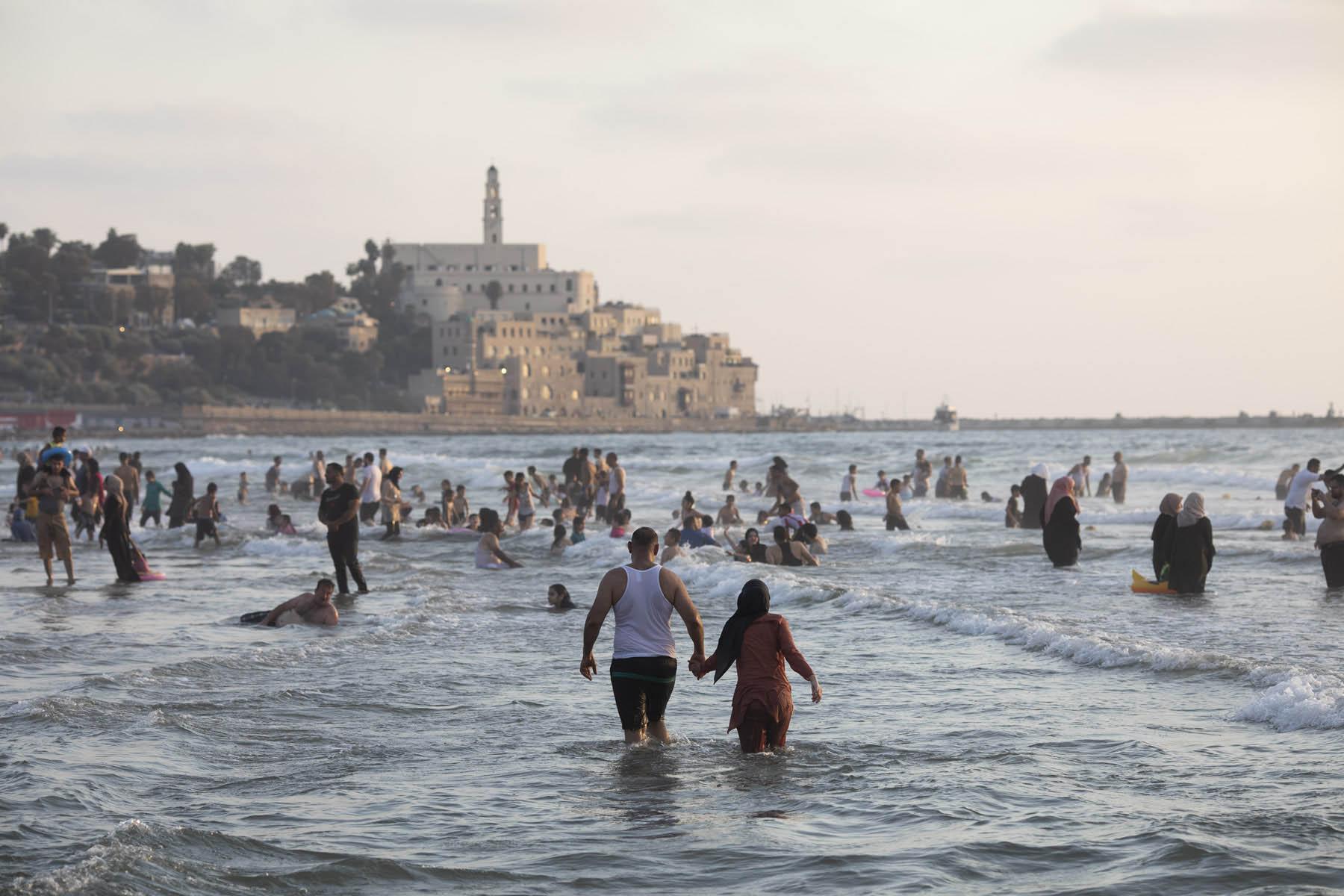 פלסטינים מבלים בחוף הים ביפו בסוף השבוע (צילום: אורן זיו)
