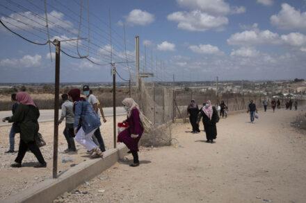 פלסטינים עוברים את הגדר בדרכם לים, ליד טול כרם (צילום: אורן זיו)