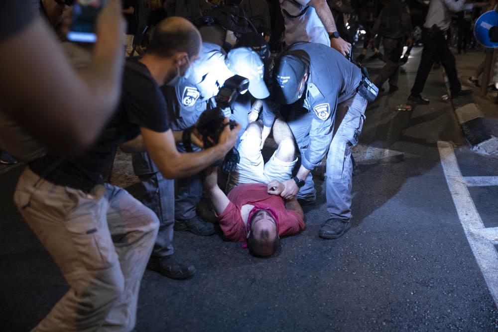 שוטרים עוצרים מפגינים סמוך לכיכר פריז, 22 באוגוסט 2020 (צילום: אורן זיו)