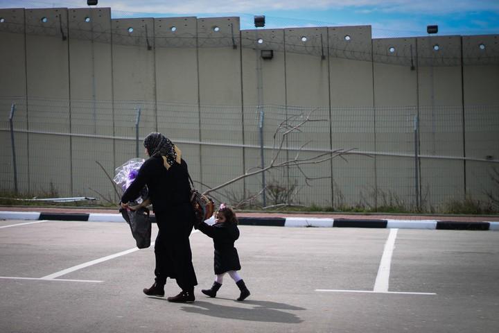 אמא וילדה ליד מחסום 300 (מרסלו סוס / פלאש 90)