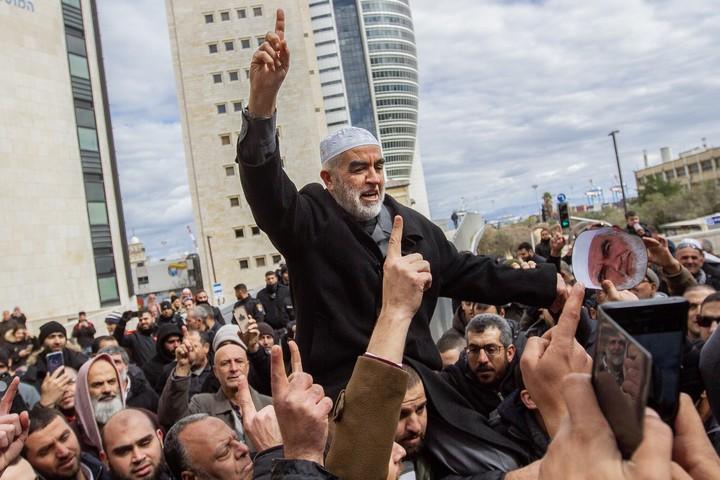 """השייח' ראאד סלאח, מנהיג הפלג הצפוני של התנועה האסלאמית בישראל, עם תומכיו אחרי דיון בביהמ""""ש בחיפה ב-10 בפברואר 2020 (צילום: פלאש90)"""