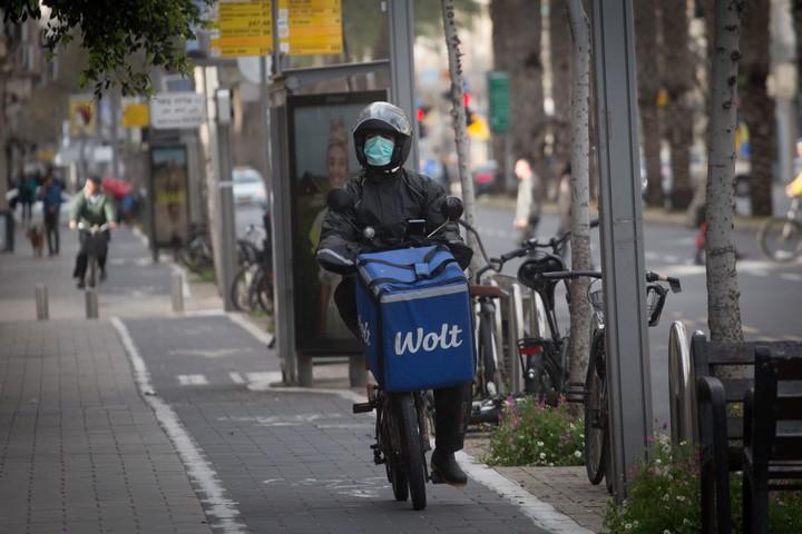 שליח וולט בתל אביב, ב-20 במרץ 2020 (צילום: מרים אלסטר / פלאש90)