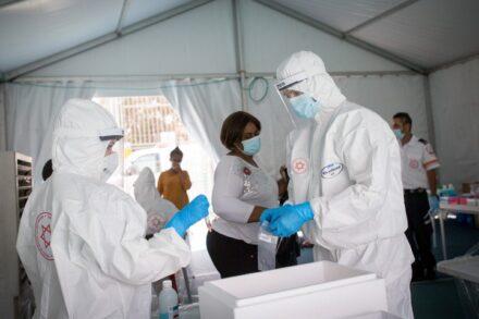 """אנשי מד""""א מבצעים בדיקות קורונה למבקשי מקלט בדרום תל אביב, ב-2 ביוני 2020 (צילום: מרים אלסטר / פלאש90)"""