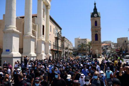 הפגנה של תושבים פלסטינים ביפו נגד הכוונה להרוס את בית הקברות אל-אסעאף, ב-26 ביוני 2020 (צילום: תומר נויברג / פלאש90)