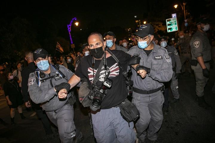 """המשטרה מעכבת את צלם """"הארץ"""" אוהד צויגנברג בהפגנה מול מעון ראש הממשלה בבלפור בירושלים, ב-8 באוגוסט 2020 (צילום: אוליבייה פיטוסי / פלאש90)"""