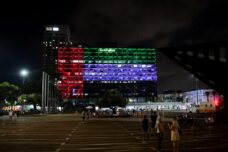 דגל איחוד האמירויות הערביות מוצג על בניין עיריית תל אביב, ב-13 באוגוסט 2020 (צילום: אבשלום ששוני / פלאש90)