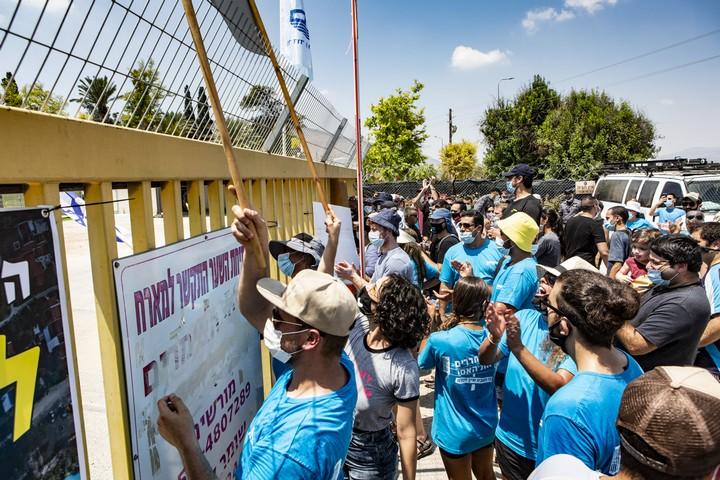 מול הפעילים שרצו להגיע לנחל, הקיבוץ העמיד שער סגור (צילום: מתי מילשטיין)