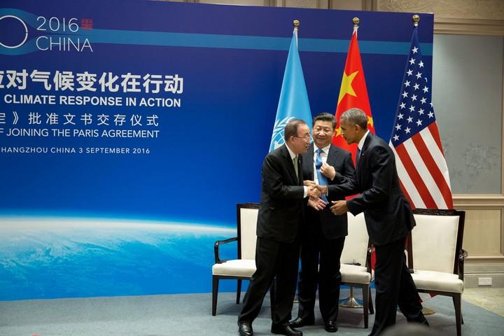 """נשיא ארה""""ב ברק אובמה, נשיא סין שִי ג'ינפינג ומזכ""""ל האו""""ם לשעבר באן קי מון בטקס אישרור הסכם פריז בסין ב-3 בספטמבר 2016 (צילום: הבית הלבן)"""
