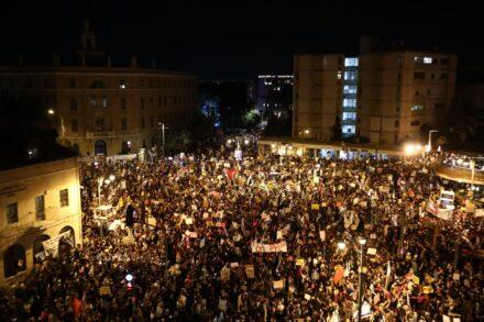 הפגנה בכיכר פריז בירושלים נגד ראש הממשלה, בנימין נתניהו (צילום: אורן זיו)