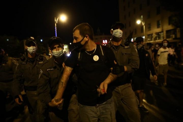 מפגין נעצר בעקבות ויכוח עם שוטרים על מסיכות, בהפגנה בירושלים, ב-1 באוגוסט 2020 (צילום: אורן זיו)