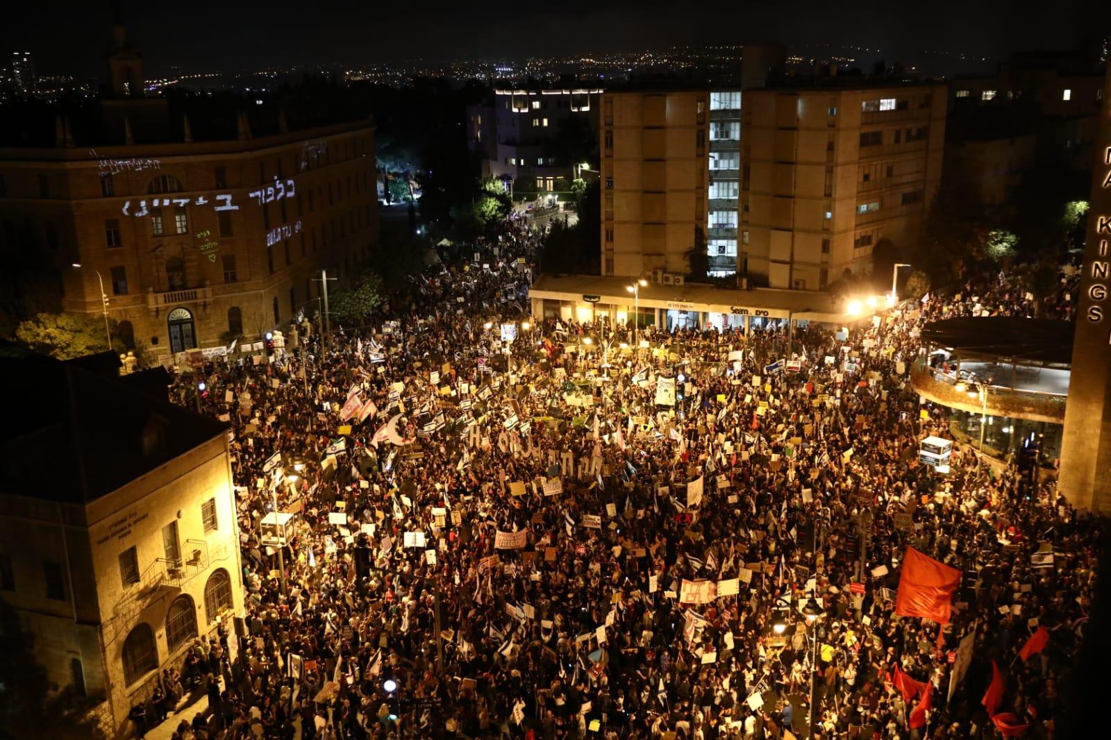 כ-10,000 איש ממלאים את כיכר פריז בהפגנה ב-8 באוגוסט (צילום: אורן זיו)