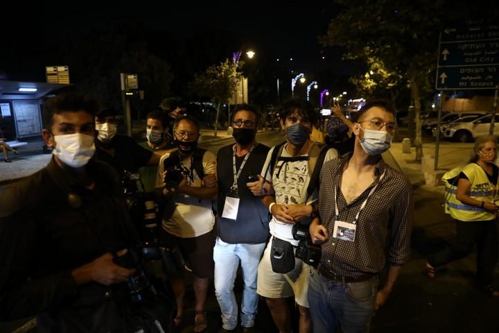 """צלמים מוחים על מעצר של צלם """"הארץ"""" אוהד צויגנברג, בהפגנה בירושלים, ב-8 באוגוסט 2020 (צילום: אורן זיו)"""