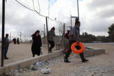 הפלסטינים נוהרים לים והעולם לא מתמוטט