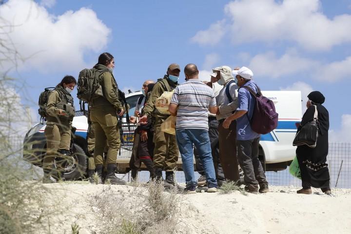 חיילים מעכבים פלסטינים שמנסים לחצות את הגדר בין הכפר הפלסטיני זיתא לעיירה ג'ת שבתוך ישראל, ב-10 באוגוסט 2020 (צילום: אורן זיו)