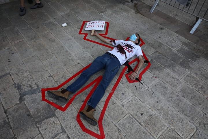 מיצג רצח פוליטי בגן העצמאות בירושלים, ב-1 באוגוסט 2020 (צילום: אורן זיו)