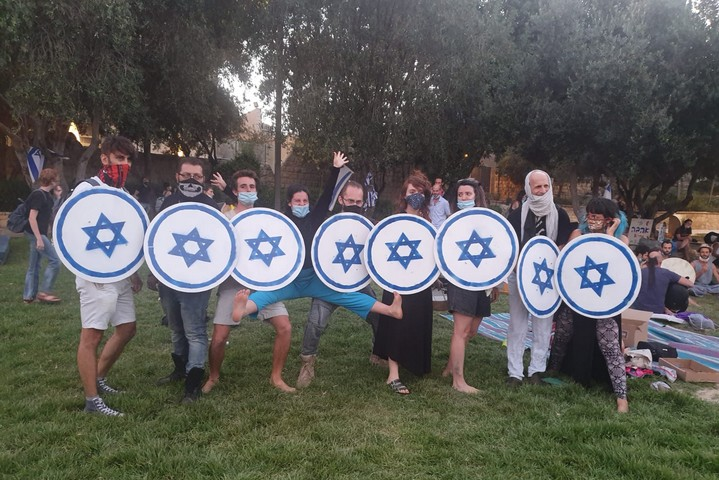 """מגינים נגד מכת""""זיות, בגן העצמאות בירושלים, ב-1 באוגוסט 2020 (צילום: אורן זיו)"""