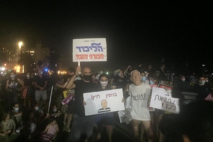 מפגינים בגן צ'רלס קלור בתל אביב, ב-1 באוגוסט 2020 (צילום: מירון רפופורט)