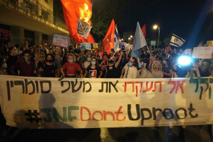 """הפגנה נגד פינוי משפחת סומרין מביתה, ליד בניין קק""""ל בירושלים, ב-1 באוגוסט 2020 (צילום: free jerusalem)"""