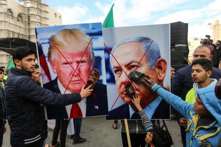 """ארה""""ב קיבלה את העמדה הישראלית שסיום הכיבוש הוא עניין ישראלי. הפגנה בח'אן יונס נגד תוכנית טראמפ (צילום: עבד רחים רח'מן / פלאש 90)"""