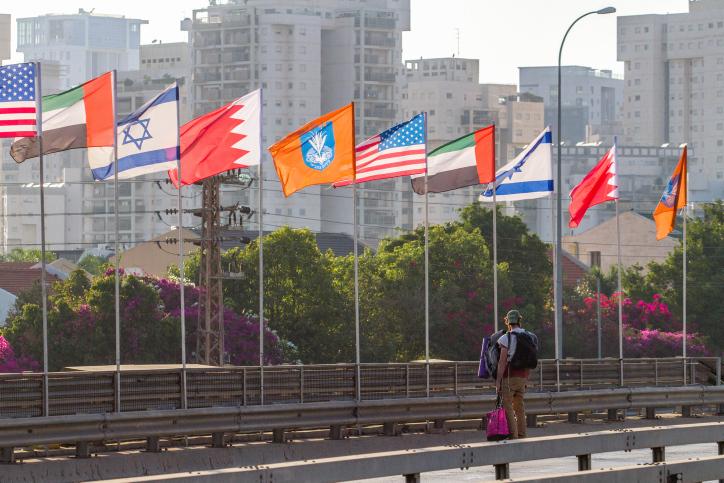"""דגלי איחוד האמירויות, ישראל, ארה""""ב ובחריין מונפים ליד נתניה (צילום: פלאש90)"""