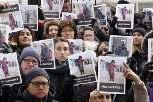 """לחזור למורשת המטריארכלית שלא נעלמה מתחת לפני השטח. הפגנה של עובדות באו""""ם נגד מעשי הטבח בסוריה (צילום: האו""""ם)"""