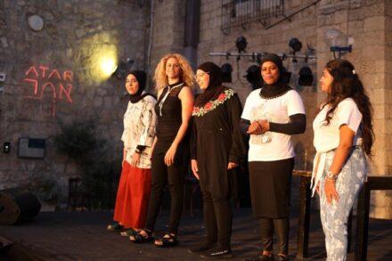 """הצגה המבוססת על ניסיון החיים הקשה של נשים ביפו. מתוך המחזה """"אשה"""" של איה פח'ר (צילום: סמר סמנודי, תאטרון אלסראיא)"""