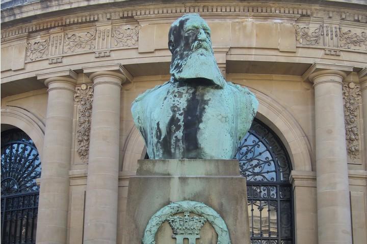 עונשים של קטיעת כפות ידיים למי שלא הפיק מספיק גומי. פסל של המלך ליאופולד השני מלך בלגיה בכניסה למוזיאון הממלכתי למרכז אפריקה (צילום מקוויקיפדיה, CC-BY SA 3.0)