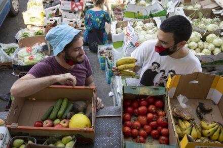 """זה לא מקרה שזורקים אוכל, זו שיטה. גיא אבני ואריה מילר מקבוצת """"מצילות מזון"""" בשוק הסיטונאי בירושלים (צילום: אורן זיו)"""