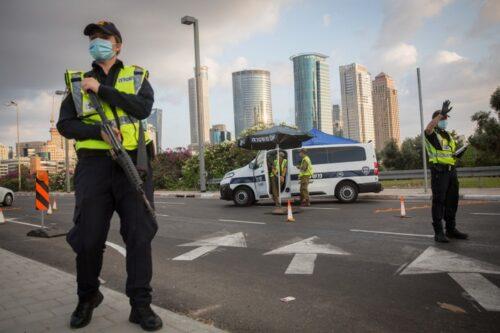 המדיניות של הממשלה הביאה למצב שבו אין אלטרנטיבה לסגר. מחסום אתמול בתל אביב (צילום: מרים אלסטר / פלאש 90)