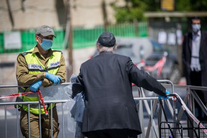 קודם נודיע על סגירה מלאה ואז נחריג. מחסום משטרה בסגר בשכונת רוממה בירושלים בחודש מאי (צילום: יונתן זינדל / פלאש 90)