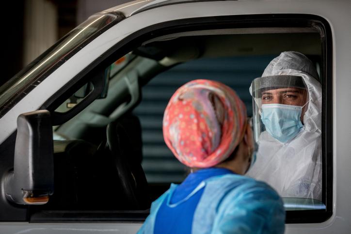 """פי 100 חולי קורונה יותר לעומת תחילת הסגר הראשון. צוות רפואי בבי""""ח שערי צדק (צילום: נתי שוחט / פלאש 90)"""