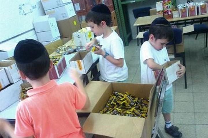 המדינה לא עוזרת. ילדים עוזרים לסדר מזון בעמותת רפואה ושמחה (באדיבות רפואה ושמחה)