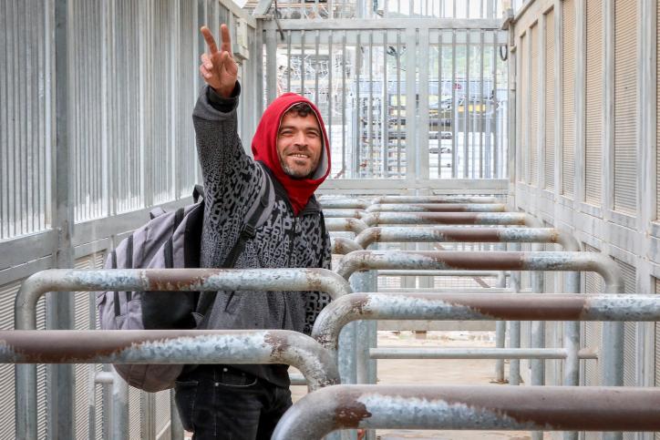 מועצת הר חברון רוצה לבנות מרכז לוגיסטי משוכלל במעבר תרקומיה יחד עם מועצות אזוריות מתוך ישראל. פועל פלסטיני במעבר תרקומיה (צילום: ויסאם השלמון / פלאש 90)