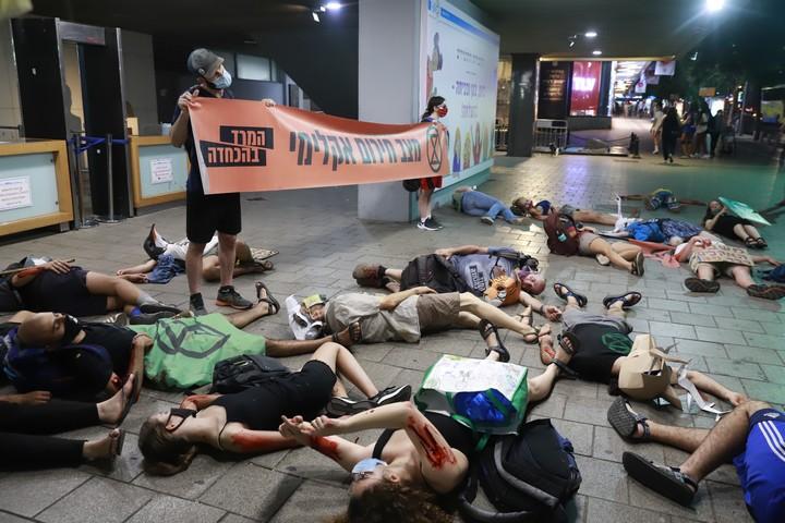 מיצג מחאה של המרד בהכחדה נגד משבר האקלים, ליד עיריית תל אביב-יפו, ב-1 בספטמבר 2020 (צילום: אורן זיו)