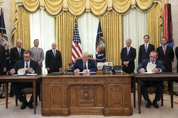 טקס החתימה על ההסכם בין סרביה לקוסובו בחדר הסגלגל, ב-4 בספטמבר 2020 (צילום: הבית הלבן)