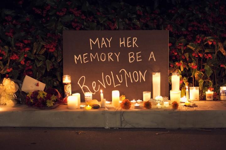 """""""יהא זיכרה מהפכה"""" - שלט לזיכרה של רות ביידר גינסבורג (צילום: Geoff Livingston, CC BY-NC-ND 2.0)"""