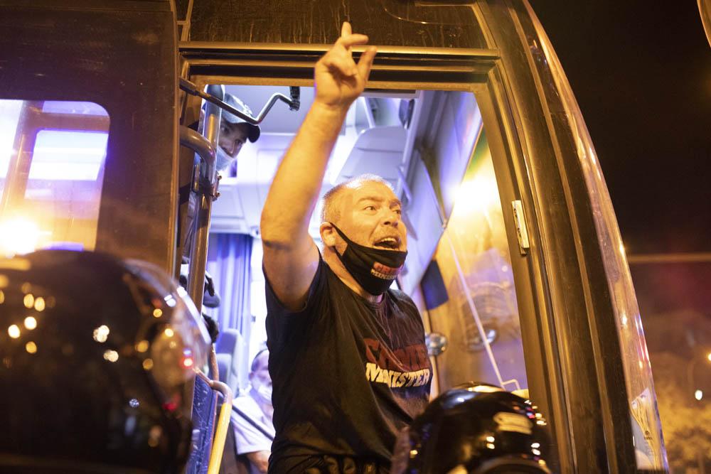 עו״ד גונן בן יצחק באוטובוס העצורים המשטרתי בכיכר פריז, 14 ביולי 2020 (צילום: אורן זיו)