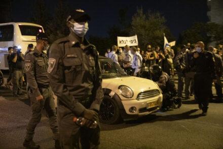 שוטרים ליד הרכב של החשוד בניסיון הדריסה בהפגנה בירושלים (צילום: אורן זיו)