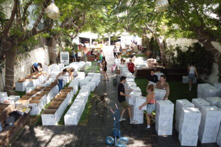 הכנת סלי מזון של קבוצות ״תרבות של סולידריות״ במועדון האומן 17 בתל אביב (צילום: אורן זיו)