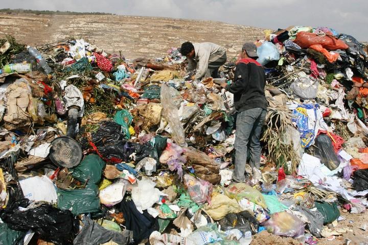 מזבלה ליד ההתנחלות פסגות בגדה המערבית, ב-2011 (צילום: עיסאם רימאווי / פלאש90)