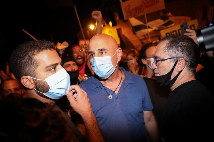 עפר שלח (במרכז) במחאה בבלפור נגד ראש הממשלה, בנימין נתניהו, ב-15 באוגוסט 2020 (צילום: אוליבייה פיטוסי)