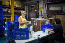 אם שעות העבודה יקוצרו באופן גורף, כל המבוגרים העובדים יהיו פנויים יותר לקחת נתח שווה מעבודת הטיפול הביתית. נשים במפעל (יוסי זליגר / פלאש 90)