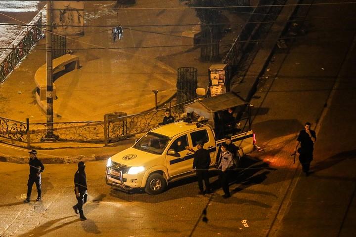 שוטרים פלסטינים אוכפים סגר מלא בעקבות התפרצות הקורונה בעזה, ב-24 באוגוסט 2020 (צילום: עבד רחים חטיב / פלאש90)