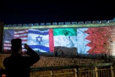 """דגלי ארה""""ב, איחוד האמירויות, ישראל ובחריין על חומות העיר העתיקה בירושלים, ב-15 בספטמבר 2020 (צילום: יונתן זינדל / פלאש90)"""