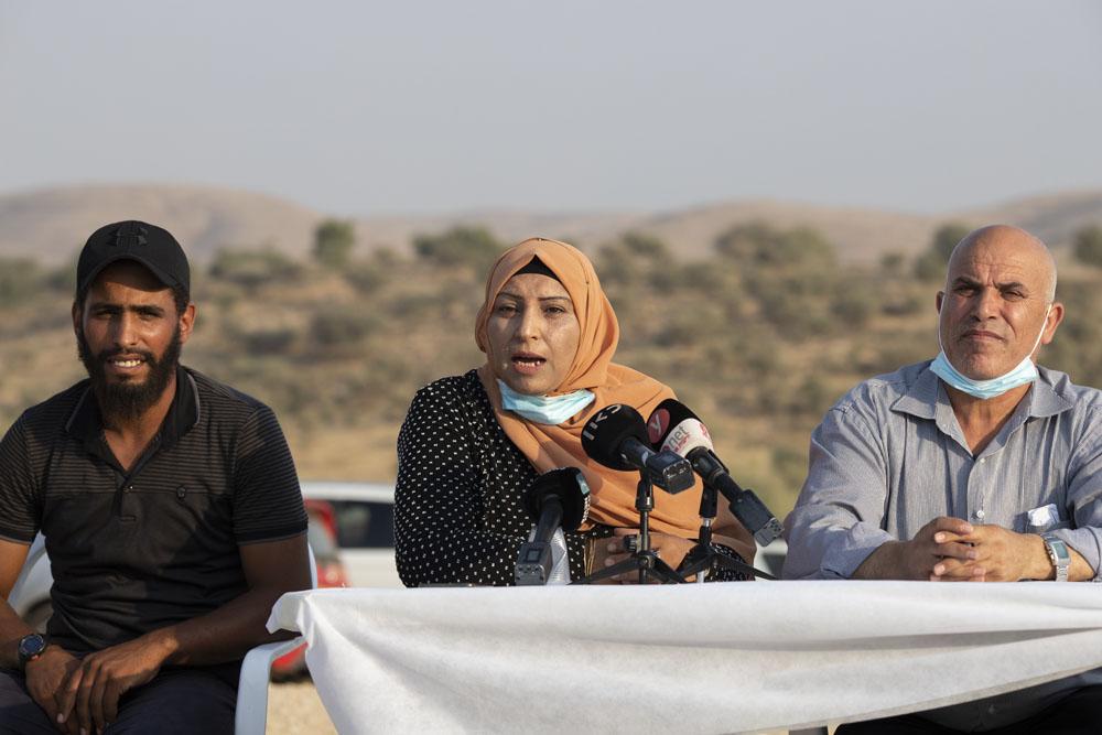 ד״ר אמל אבו סעד, אחת מנשותיו של אבו אלקיעאן, במסיבת עיתונאים באום אל חיראן, 9 בספטמבר 2020 (צילום: אורן זיו)